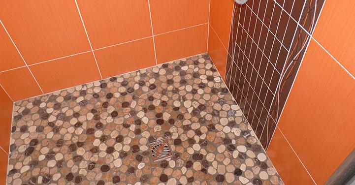 Pose de galets dans douche à l'italienne - Chaillou Bâtiment